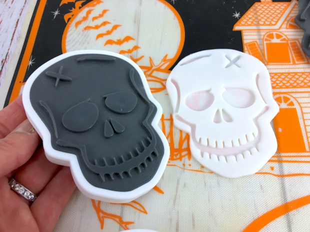 skull_brownie_sandwich_cutters_icing