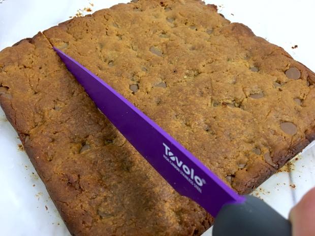 flourless_peanut_butter_blondies_slicing_knife